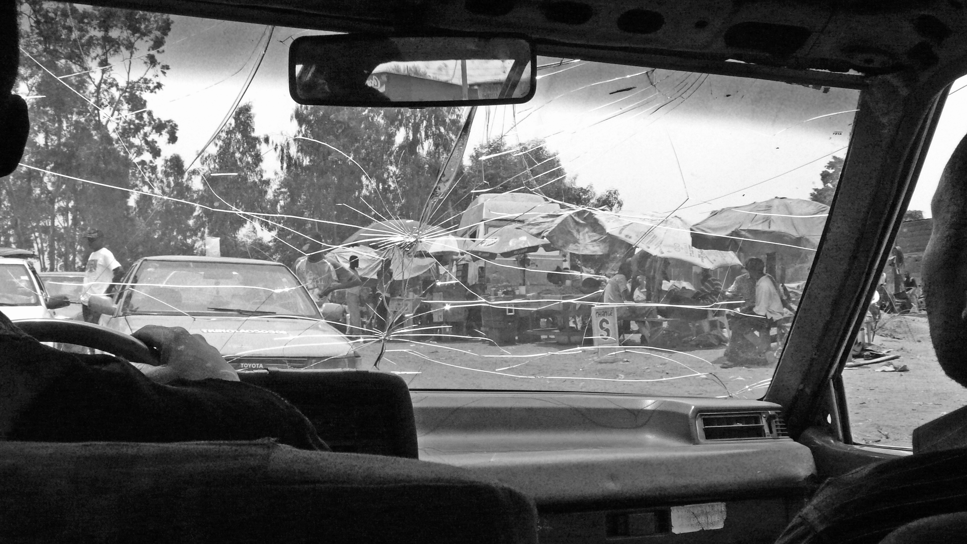 CRACKED WINDSCREEN_KINSHASA 09JPG