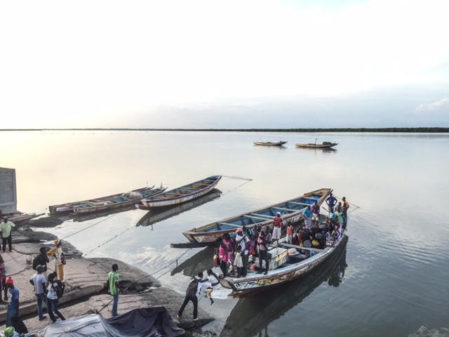 Passengers disembarking a pirogue, Casamance River ©Jason Florio