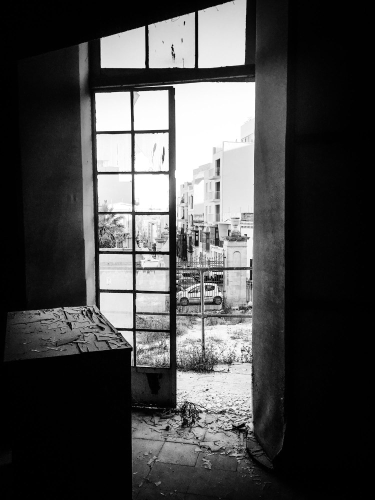 'Savoy' house, interior, Gzira, Malta - patio doors overlooking the garden © Helen Jones-Florio